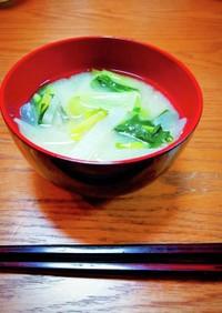 出汁が美味しい♪小松菜と大根の味噌汁