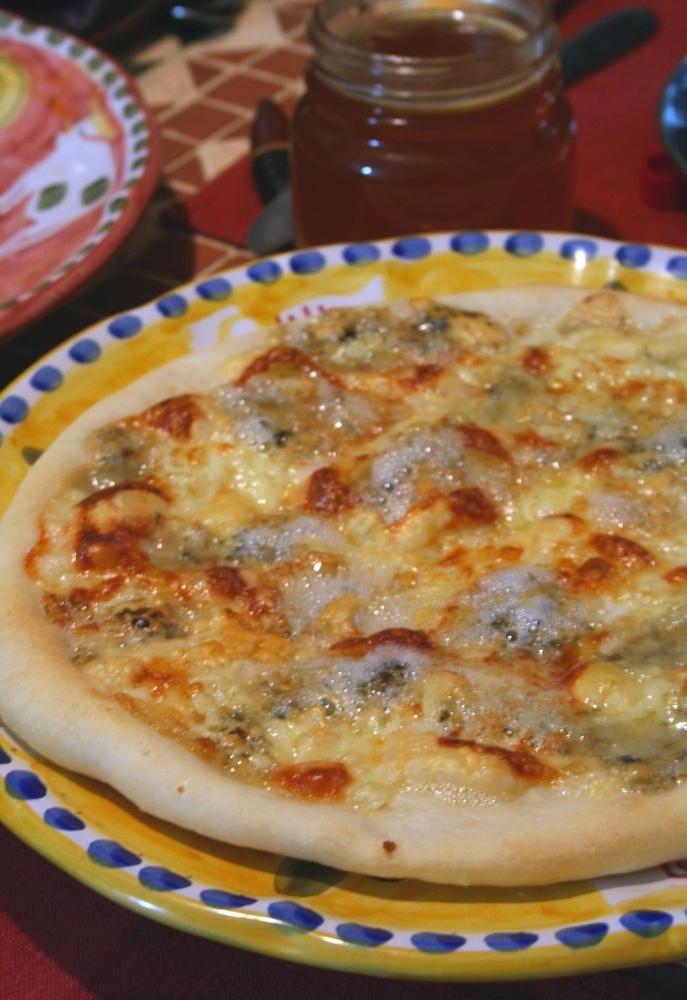 蜂蜜かけて(๑→‿ฺ←๑)チーズピザ☆