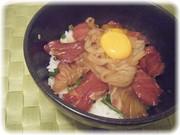 マグロ・真鯛・イカの海鮮漬け丼の写真