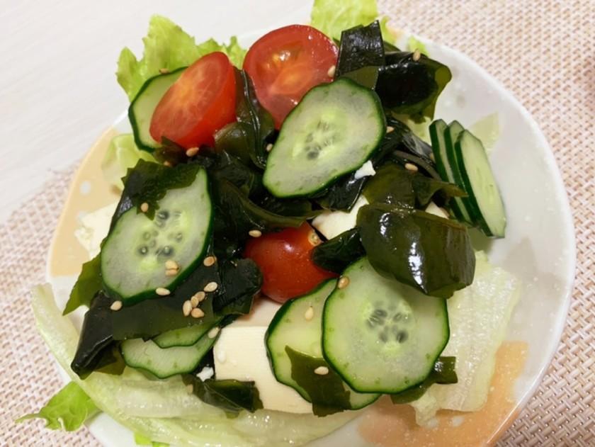 ワカメと豆腐とトマトときゅうりのサラダ