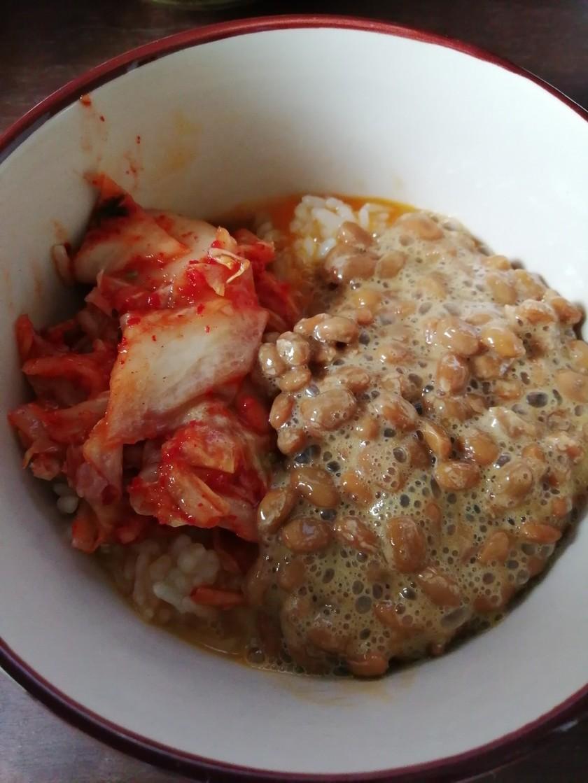 朝ごはんで。キムチ納豆卵かけご飯