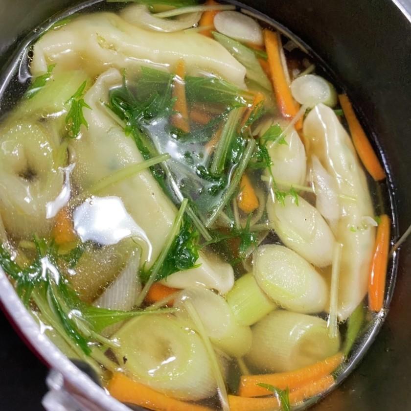 余った冷凍餃子で簡単に作れるスープ