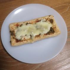 ハリッサとバジルの油揚げピザ