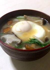 卵入り!きのこたっぷり食べる味噌汁