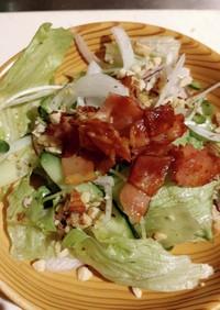 葉っぱサラダにカリカリベーコンとナッツ