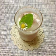 エディブルフラワーとハーブの冷たい飲み物