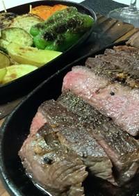 ぶ厚い赤身のステーキを低温調理で柔く