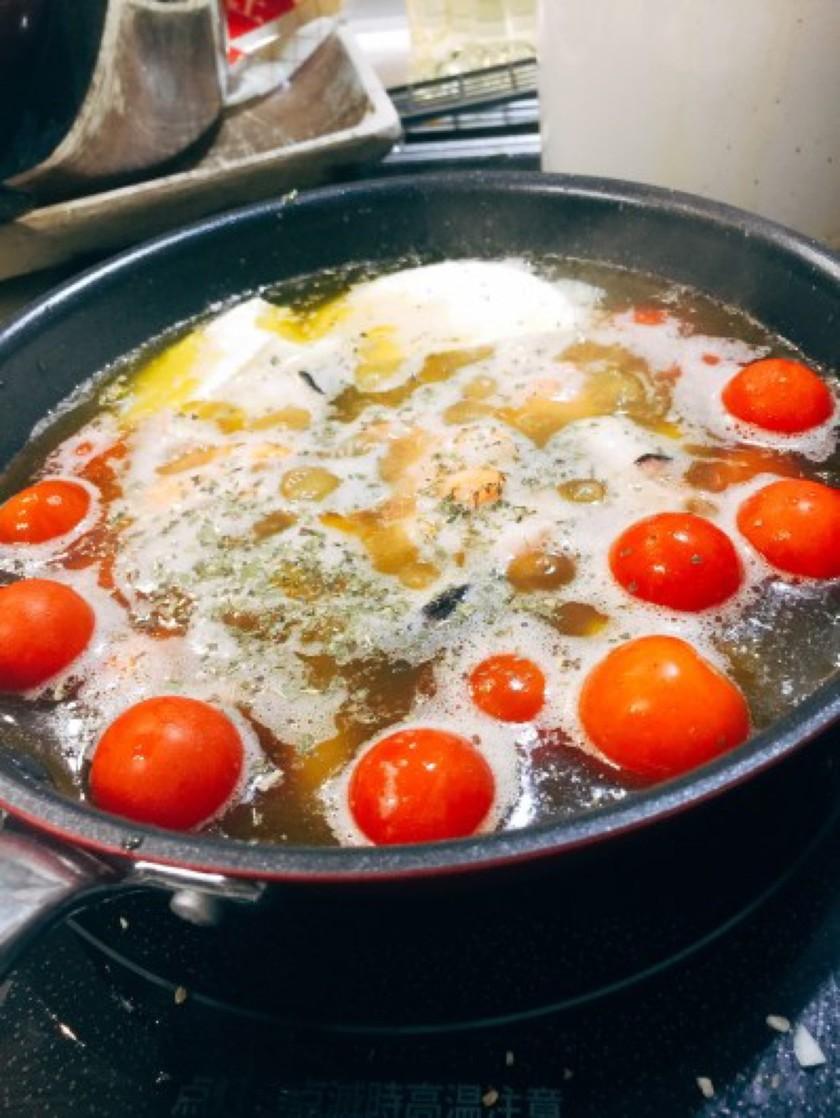 海老・タコ・チーズ・トマトのアヒージョ