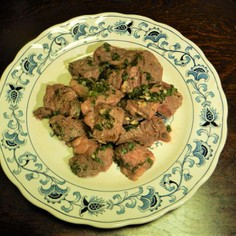 お箸で食べる生バジル香るサイコロステーキ