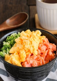 ふっくら鮭とふんわり卵の♡三色そぼろ丼