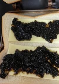 のりの佃煮とチーズのホットサンド