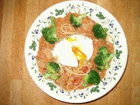 ポーチドエッグのせトマトクリームスパゲティ
