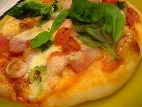 ピザ(トマト・バジル・モッツァレラ)