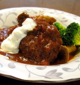 野菜とサワークリームの煮込みハンバーグ