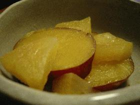 ストーブの上でリンゴとさつまいも煮