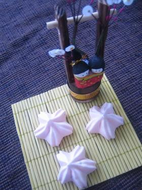桜形のイチゴ風味焼きメレンゲ☆