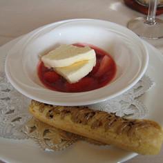 苺の温かいスープ パルフェグラッセ添え