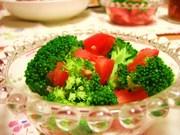 トマトとブロッコリーのサラダの写真
