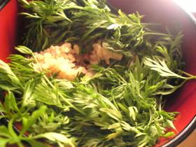 鶏挽肉と人参葉の混ぜご飯