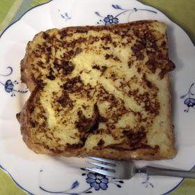 スパイシーなチーズ風味フレンチトースト