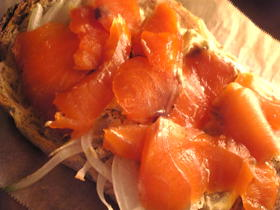 スモークサーモンと玉葱のチーズトースト