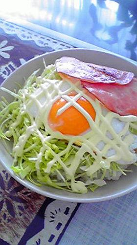 簡単ランチ 半熟卵のキャベツ丼