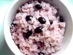 黒豆ご飯にすし酢を加えて桜色のご飯に!