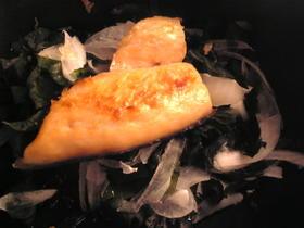 塩鮭と玉葱とワカメのサラダ