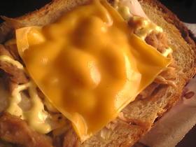 玉葱とツナのマヨネーズチーズトースト