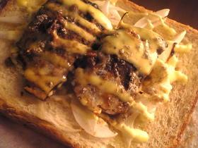 鯖の味噌煮と玉葱のマヨネーズトースト