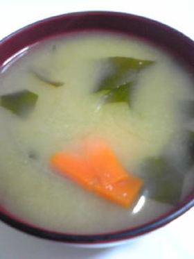 にんじんとわかめのお味噌汁