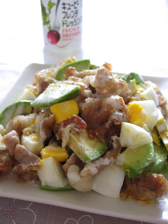 カリカリ豚とアボカドの卵サラダ