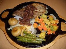 新タマネギを敷いたイベリコ豚ステーキ