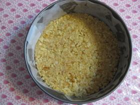 パン粉でチーズケーキのボトム