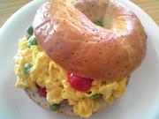 5分で昼ご飯☆ベジたまベーグルの写真