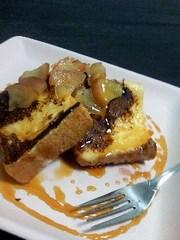 フレンチトースト・りんごのコンフィがけの写真