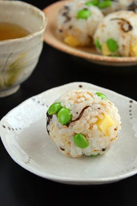超簡単!「枝豆と塩昆布チーズのおにぎり」