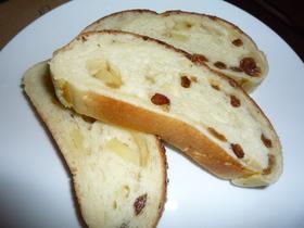 リンゴジュース入りのレーズンリンゴパン