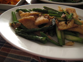 タイ風アスパラと油揚げの炒め物