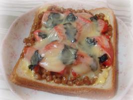 トマトと納豆のチーズトースト