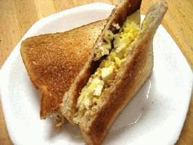 ゆで卵とキャベツのごまマヨトーストサンド