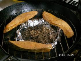 フライパンで鮭の燻製