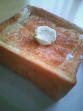 バターがジュワッ☆美味しい厚切りトースト