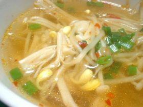 豆もやしとエノキの辛いスープ。