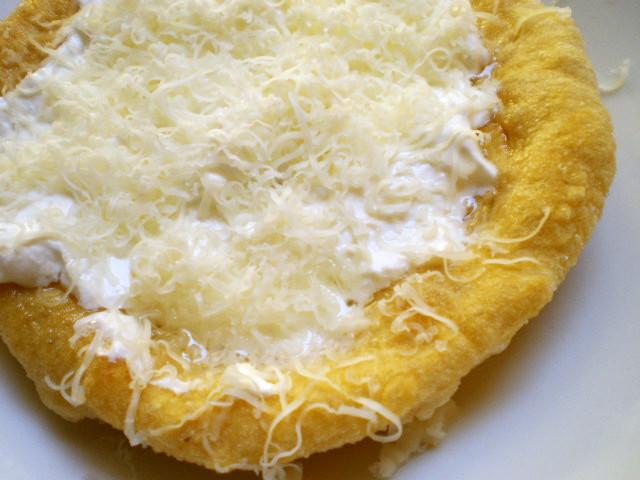 ラーンゴシュ(ハンガリー風揚げパン)