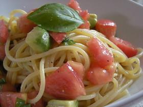 アボカドとトマトの簡単冷製パスタ