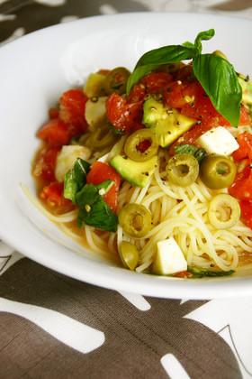 カプレーゼ風トマトとアボカドの冷製パスタ