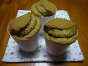 紙コップで抹茶シフォンケーキの写真