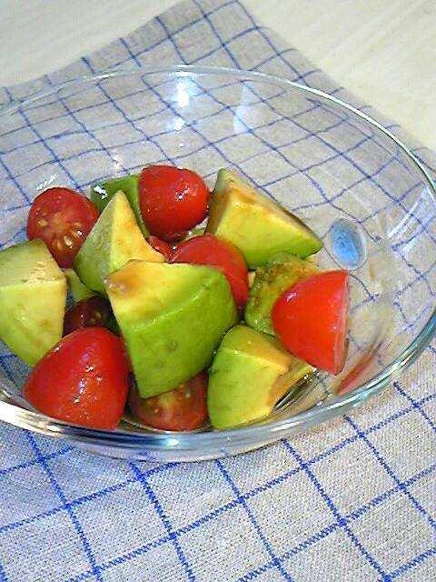 簡単!アボカドとトマトのバルサミコサラダ