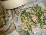 鮭のせ梅蒸しご飯の写真